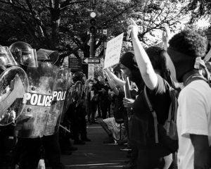 arrestado mientras protestaba