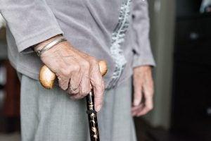 Resbalón y caída de un anciano